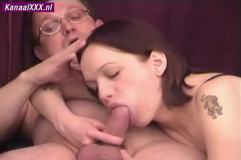 De snol in de porno club,  pijpt de pik van haar client en laat haar gleuf kutlikken neuken en vol cum zaadspuiten.