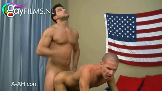 hij trekt zijn maatje en zichzelf af en geeft hem een zuig beurt,  waarna hij anal aangeduwd word.