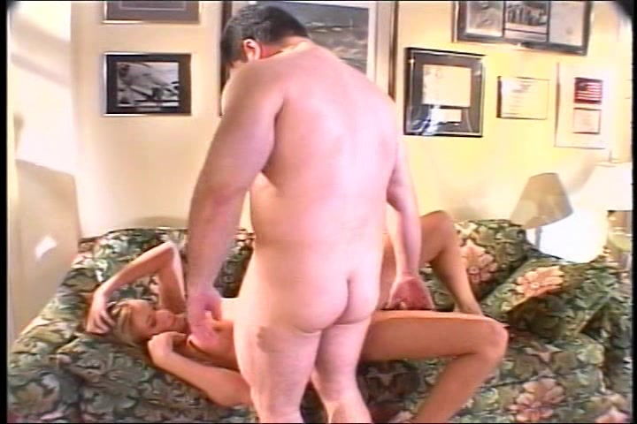 Ondertussen de sletjes madam toe kijkt,  pijpt de prachtige seks celeb de stijve lid van de gewone man en laat zichzelf in haar spleet en kontgat vrijen en haar smoeltje vol teelvocht zaad spuiten.