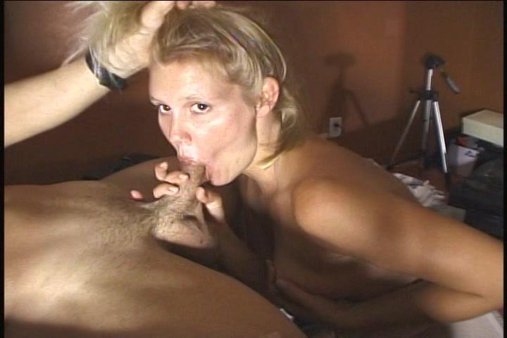 Kijkend in de filmcamera geeft dit blondje zijn giga lid een blowjob beurt en laat zij haar kletsnatte pruim wippen ook spuit hij haar gezicht vol zaad.