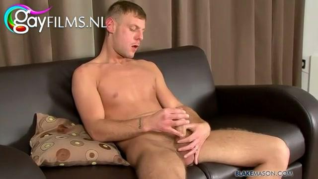 Nadat hij zichzelf heeft uitgekleed,  begint hij te afmoppen aan zijn stevige eikel.