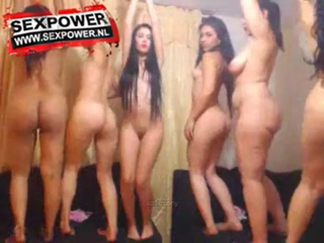 Een groep opgewonden studente meisjes bloot voor de cam die met hun achterwerk schudden en hun tepeltjes en vulva gaan zien.