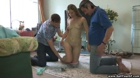 dat vriendje van het sexy russisch meiske heeft een andere vent meegenomen voor een trio.  hij laat haar ketsen verder de rijpe vent.  onder gespoten met teelvocht uit 2 piemels.