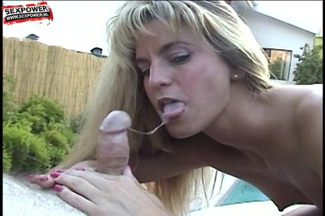 dat blondje geeft de giga penus een zuig beurt,  totdat hij klaar komt en haar bek vol cum spuit.