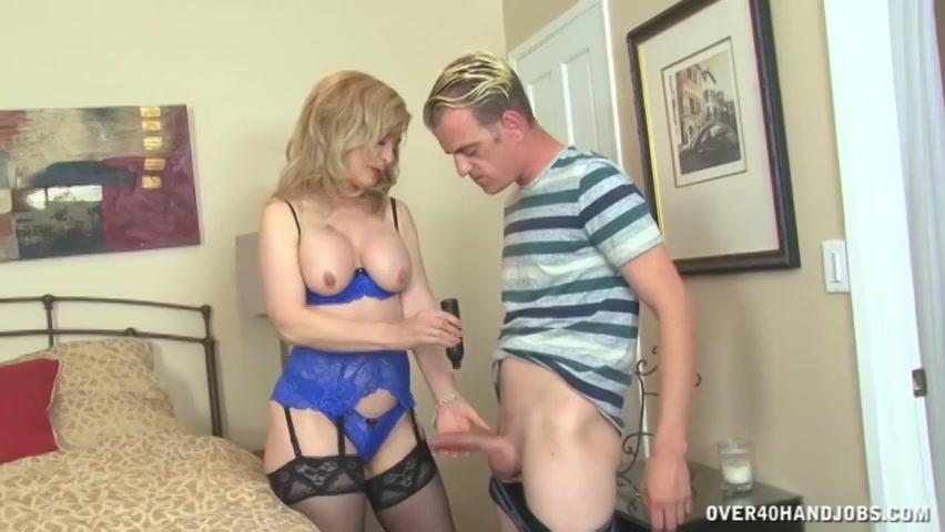 in sensueel lingerie trekt deze 18+ moeder de stijve jongeheer van de jongeman af