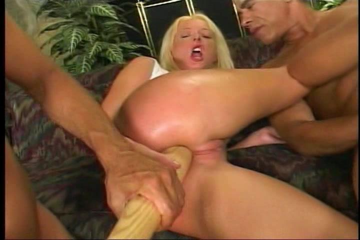 verder twee dikke penissen tegelijk geneukt en een honkbal knuppel in haar aars