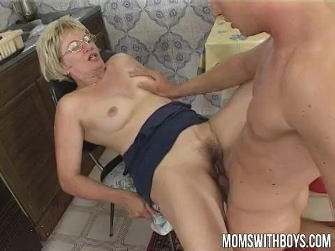 deze mature slet laat haar koppie penetreren door de stijve lul van de jongeman,  haar pruim aflikken en penetreren en cum in haar smikkel klaarkomen.