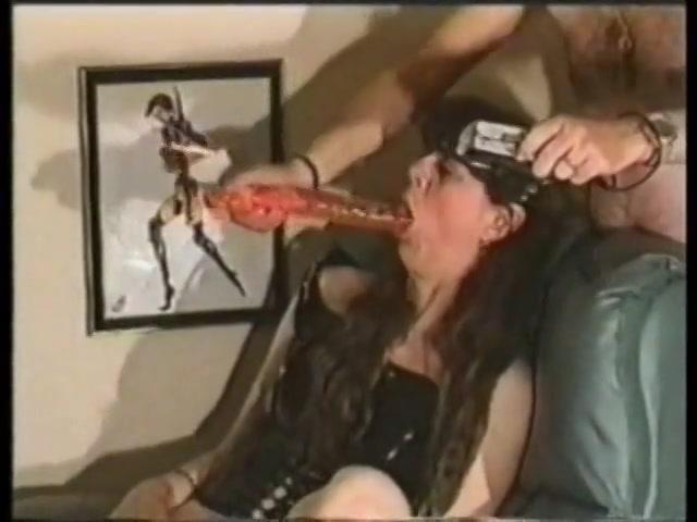 Herhaaldelijke keren laat ze de giga kunstpenis intens haar keel in glijden en penetreert haar bekkie.