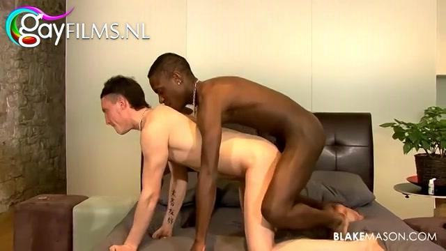 De getinte jongeman pijpt de stijve donkere snikkel die hem vervolgens met condoompje om beestachtig en innig anal naait.
