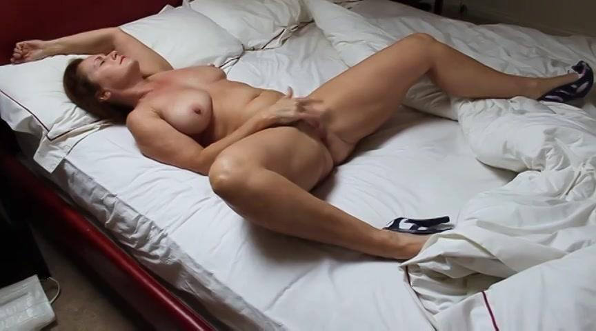 met haar benen wijd bevredigd de milf totdat zij een orgasme krijgt