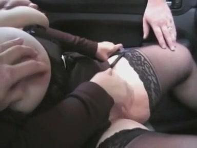 Twee jongens clitsjoelen de gezette hoer in de auto en knijpen in haar tepels,  vervolgens laten ze haar buitenshuis de automobiel afzuigen pompen haar en spuiten sperma op haar.