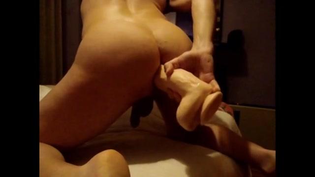 Deze gay vind dat wulps als jij meekijkt hoe heerlijk zijn nauwe ass die sexspeeltje op slokt.
